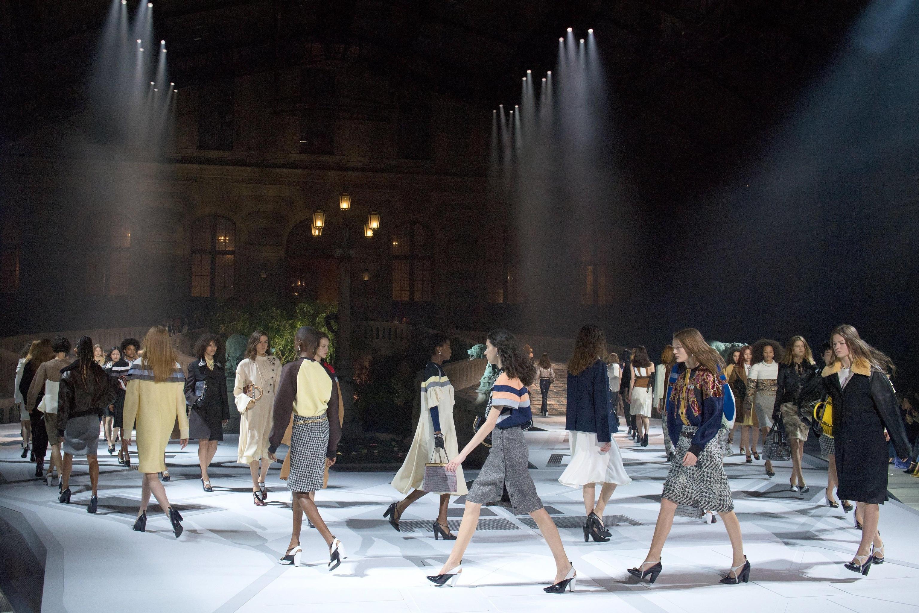 """Moda Parigi: la donna """"spaziale"""" di Louis Vuitton"""