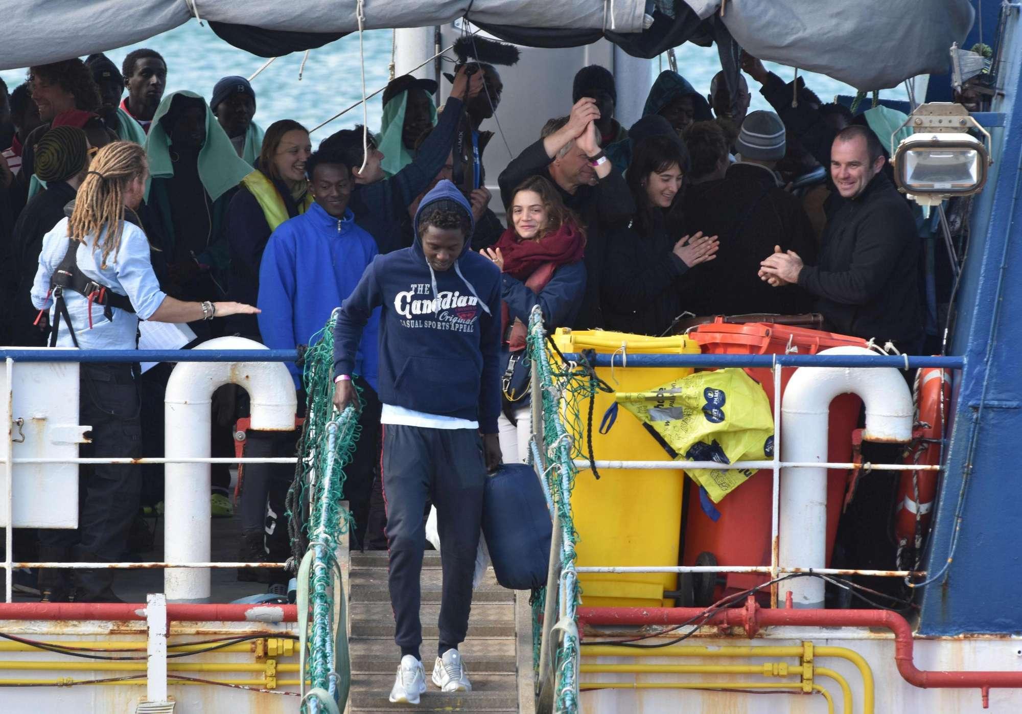 La Sea Watch è arrivata nel porto di Catania, migranti in festa