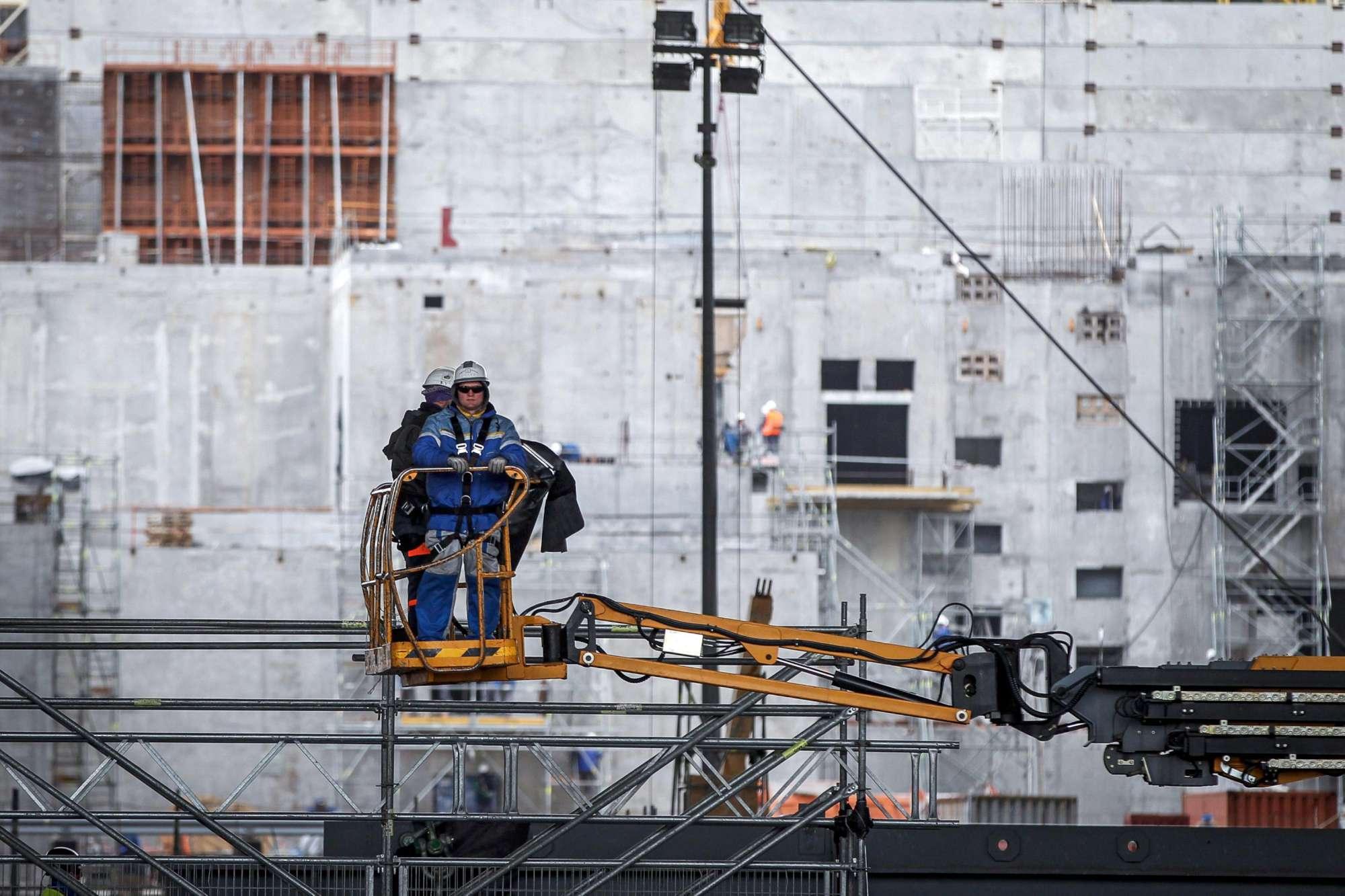 Chernobyl oggi: lavoratori all opera per la sicurezza della centrale nucleare