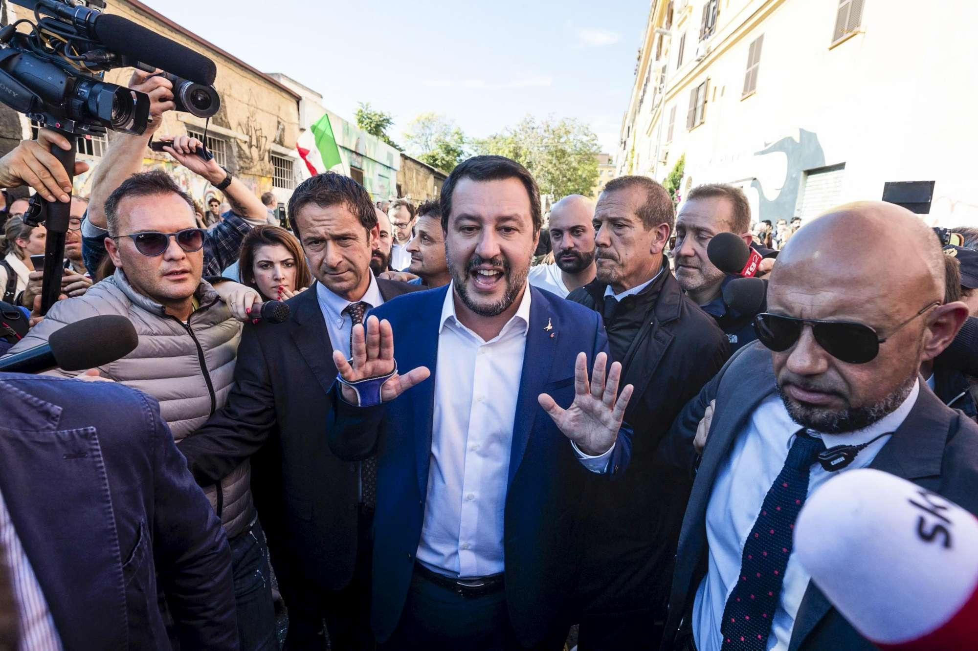 Morte Desirée, contestazioni e applausi per Salvini