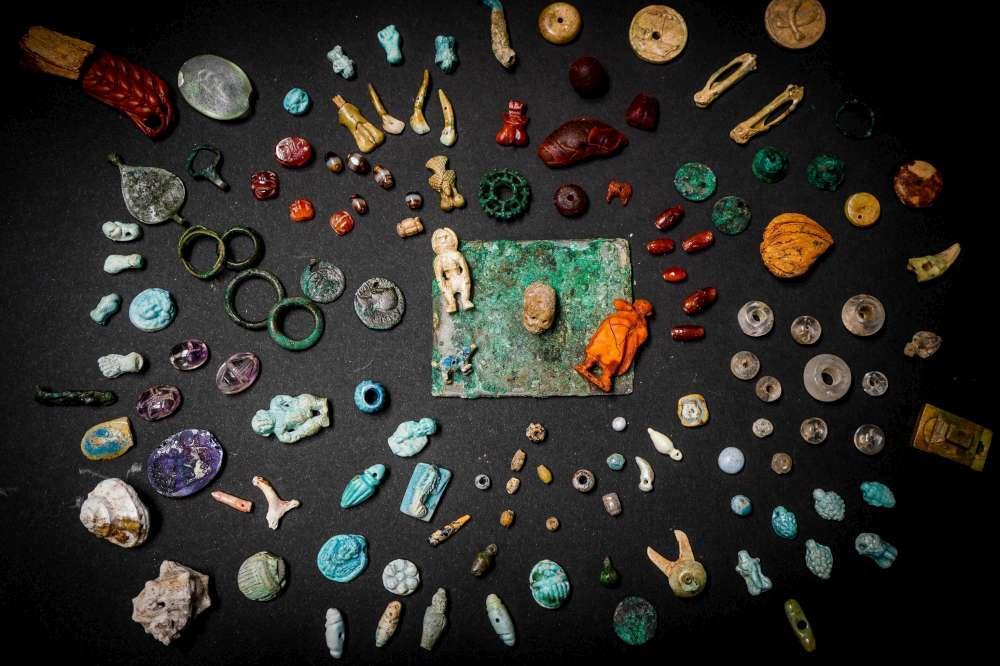 A Pompei spunta il tesoro della fattucchiera: gemme e amuleti