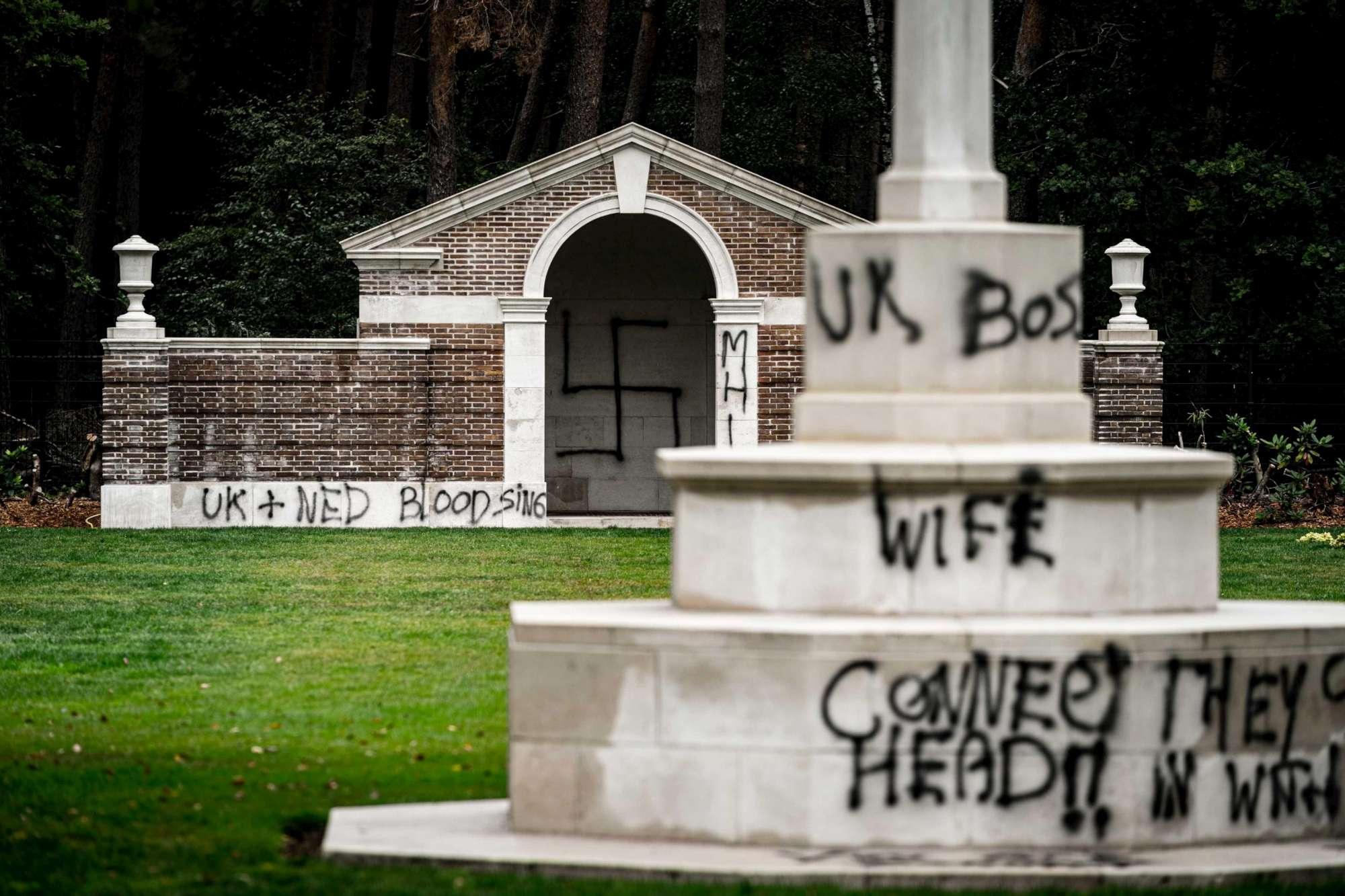 Olanda, vandali imbrattano con svastiche un cimitero dedicato ai caduti in guerra