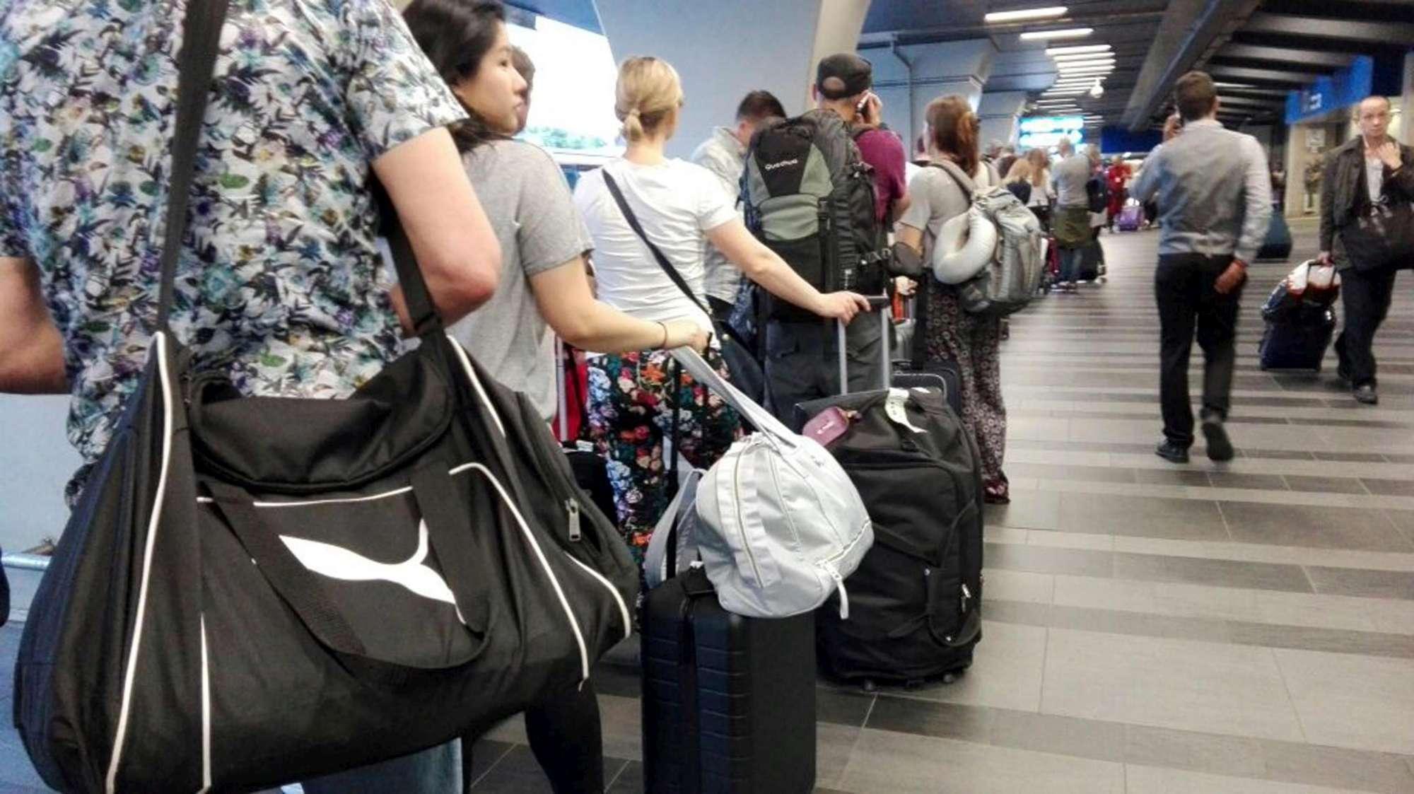 Roma, caos alla stazione Termini: treni bloccati, rabbia dei passeggeri