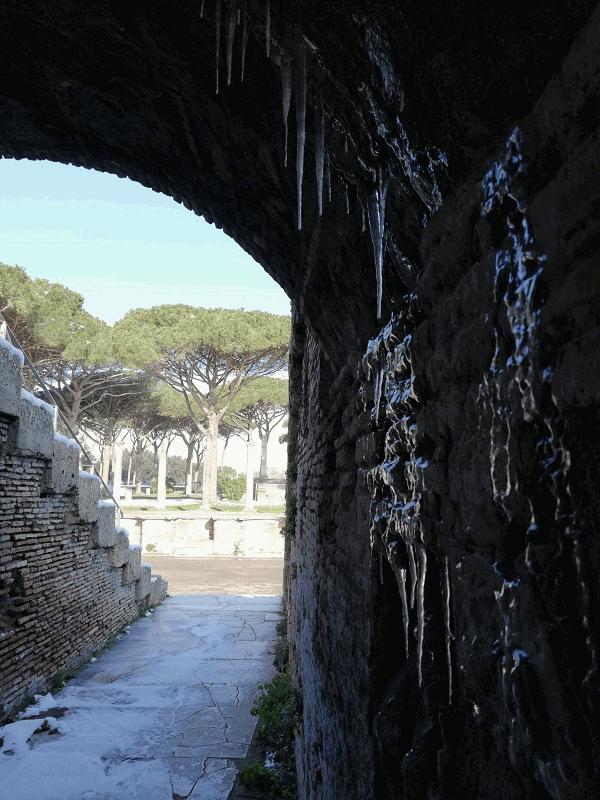 Neve anche sul litorale romano, imbiancati gli scavi di Ostia antica