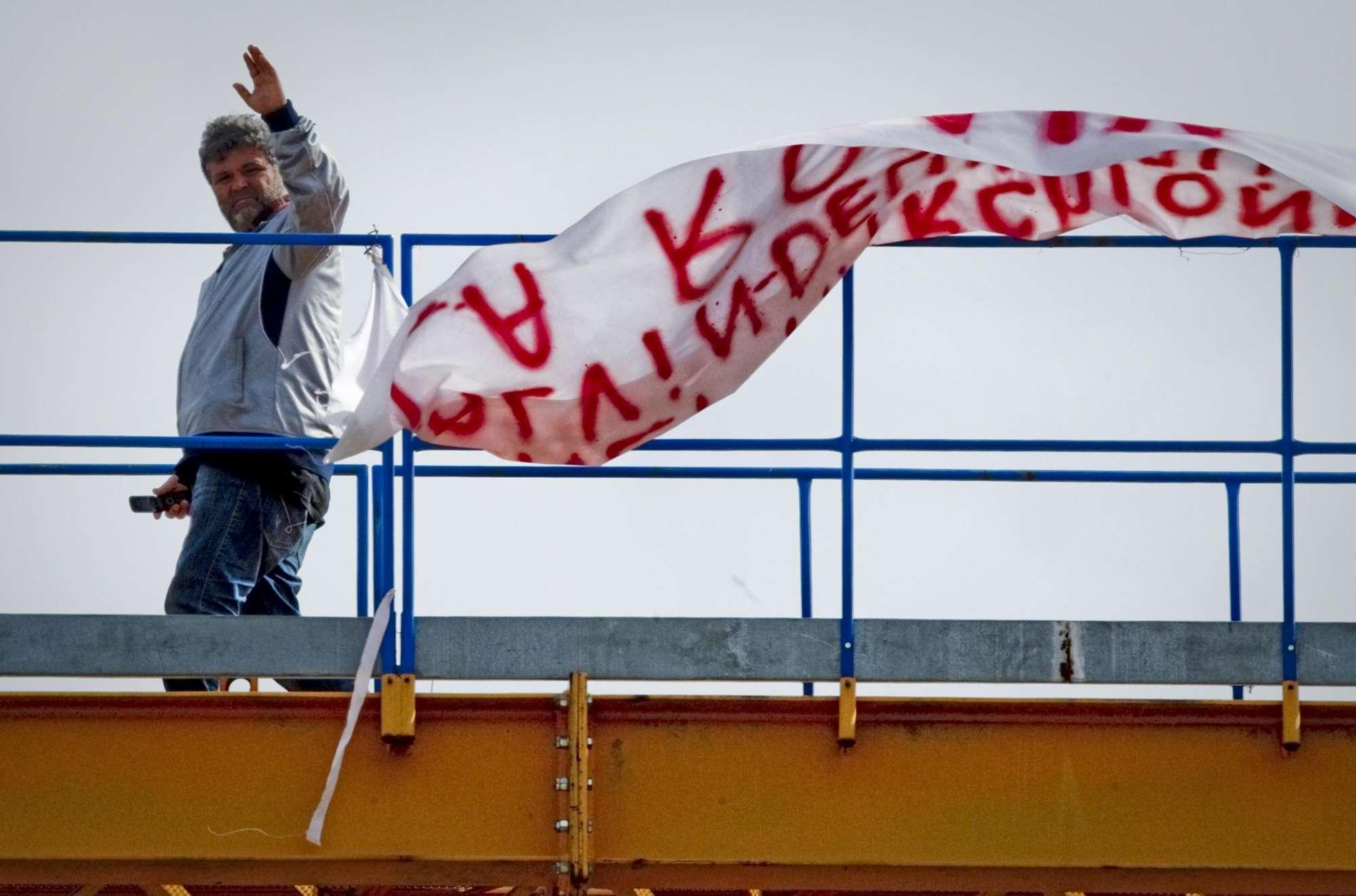 Fca, operaio licenziato si cosparge di benzina per protesta