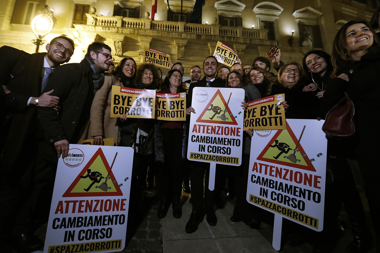 Anticorruzione, M5s festeggia la legge davanti alla Camera