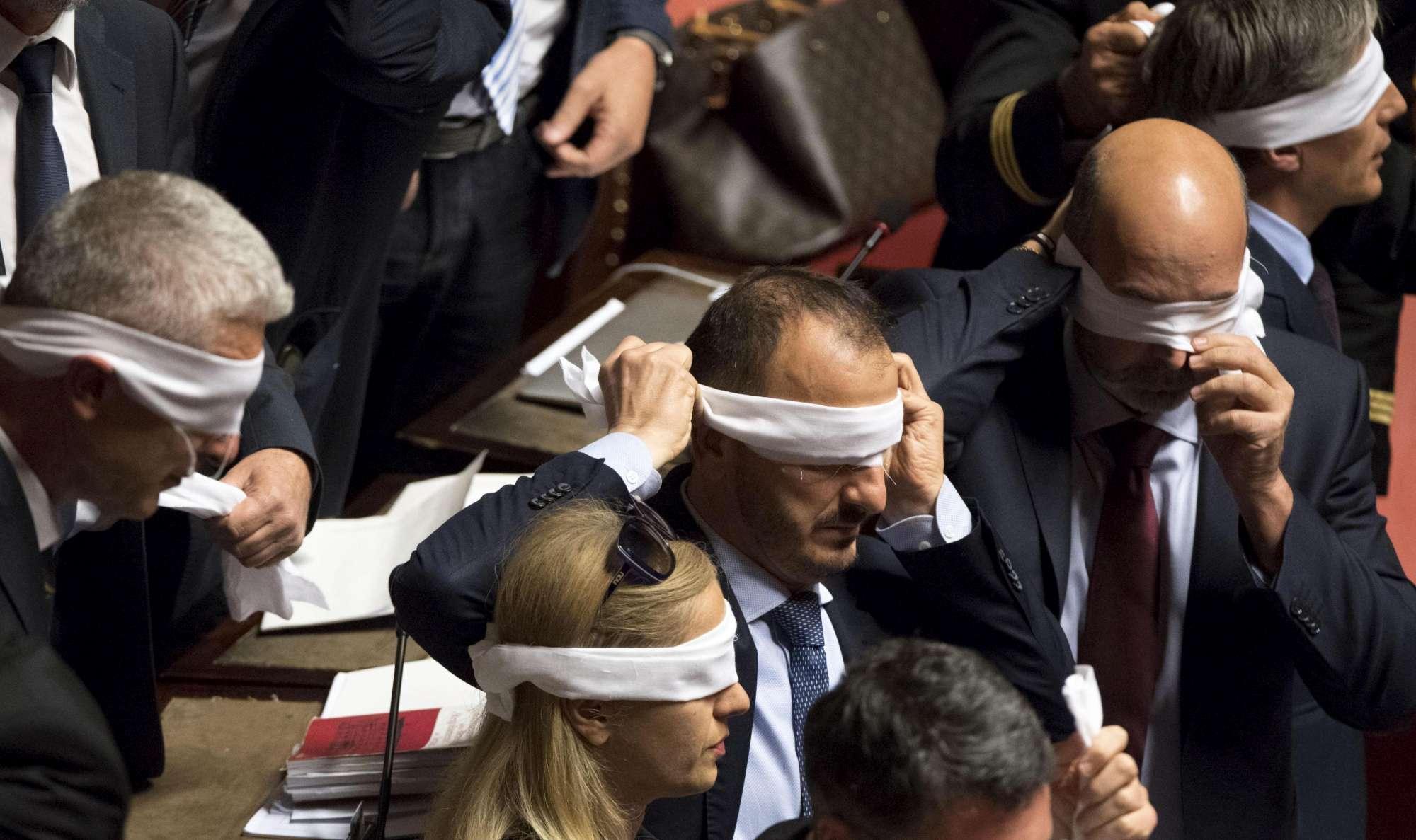 Governo chiede fiducia al Senato sul Rosatellum bis: M5s si benda per protesta