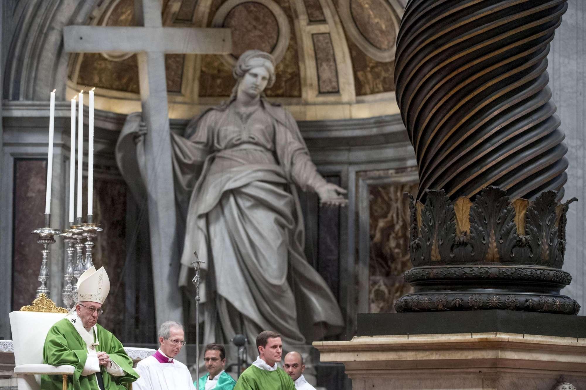 Papa Francesco celebra la messa per la Giornata mondiale dei poveri