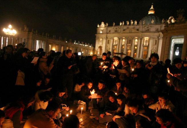 """2 aprile 2005, """"il Papa è morto"""": i fedeli accorrono per l'ultimo ..."""