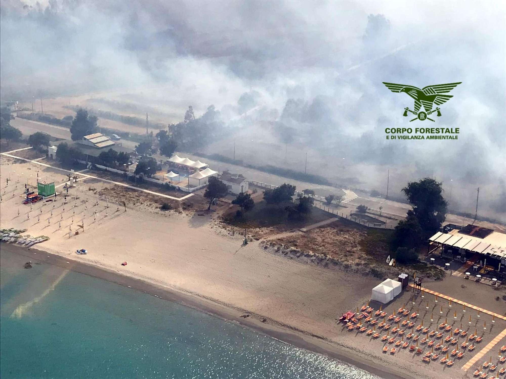 Incendi in Sardegna, evacuate case e campeggi
