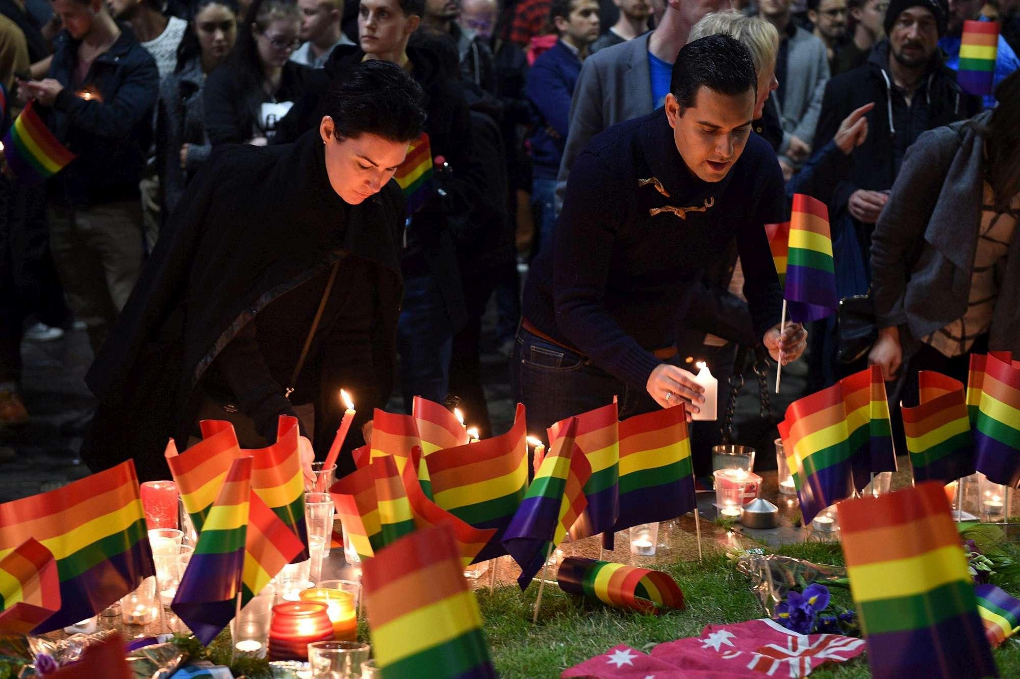 Strage Orlando, commozione alla veglia notturna