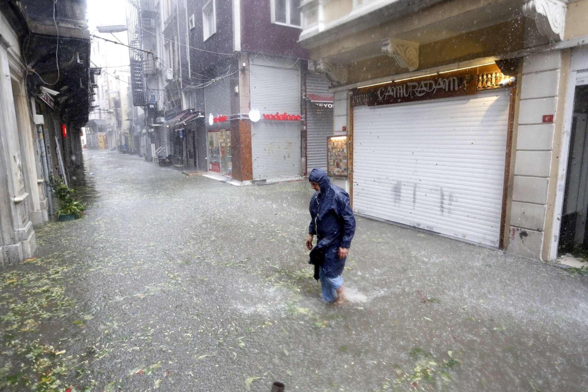 Nubifragio e grandinata mette in ginocchio Istanbul