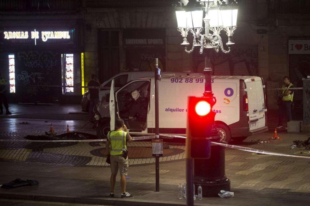 Barcellona, il furgone che ha travolto i pedoni sulla Rambla