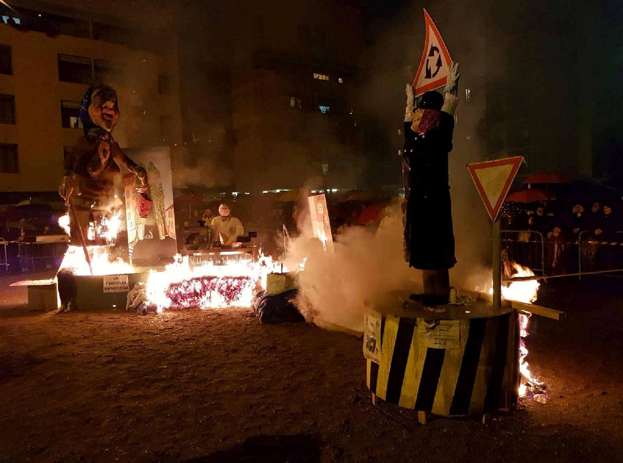Lega,  Giovani Padani  danno fuoco a fantoccio della Boldrini