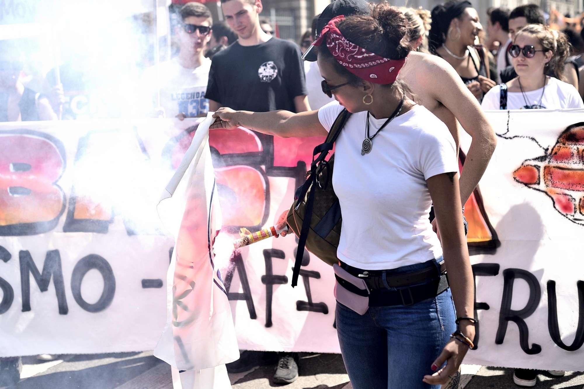 Milano, corteo per ricordare il migrante ucciso: bruciata bandiera della Lega