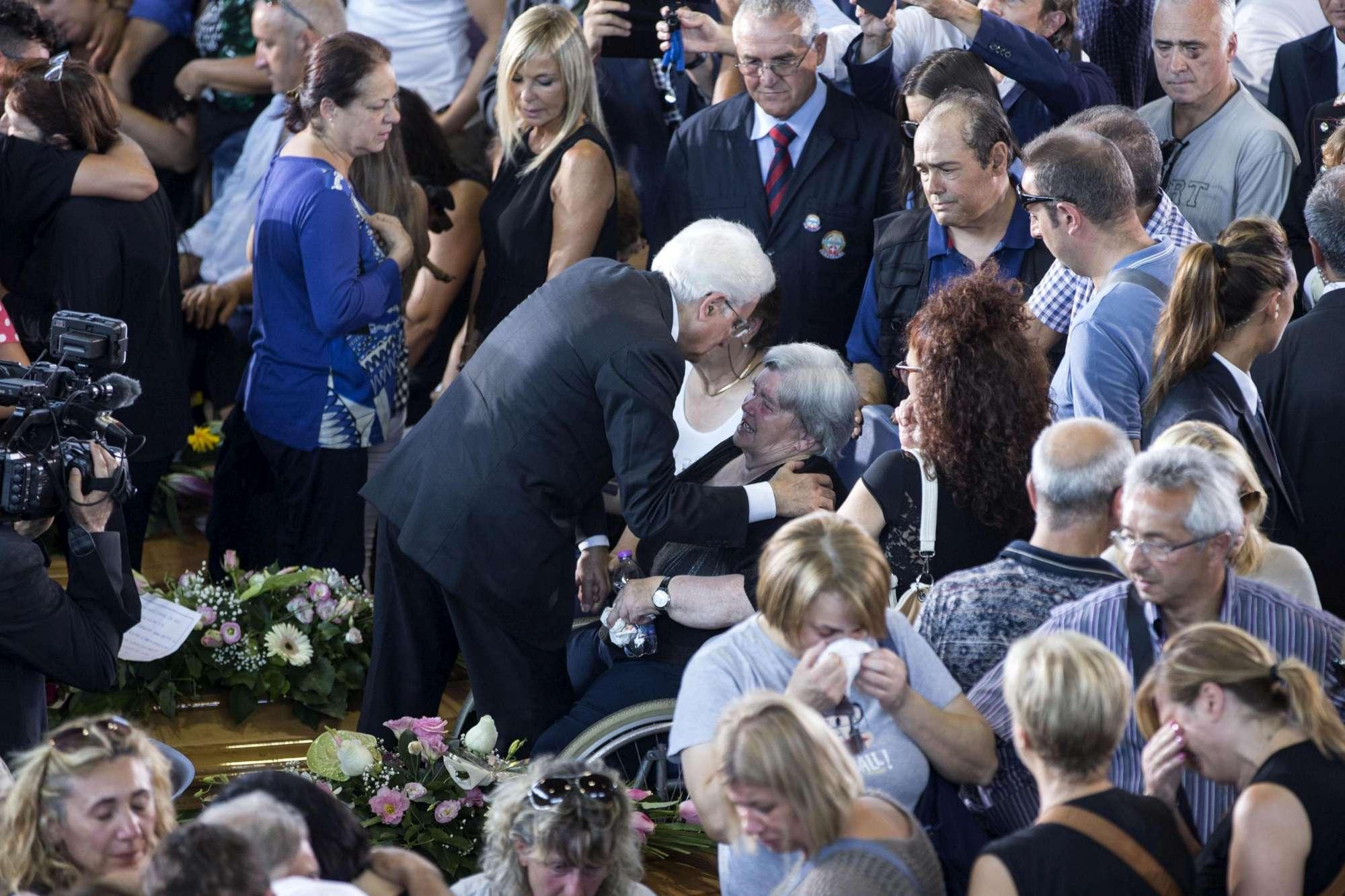 Mattarella abbraccia i parenti delle vittime del terremoto