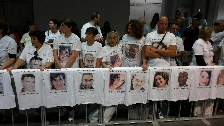 Rigopiano, rinviata l udienza: i parenti delle vittime protestano fuori dal tribunale