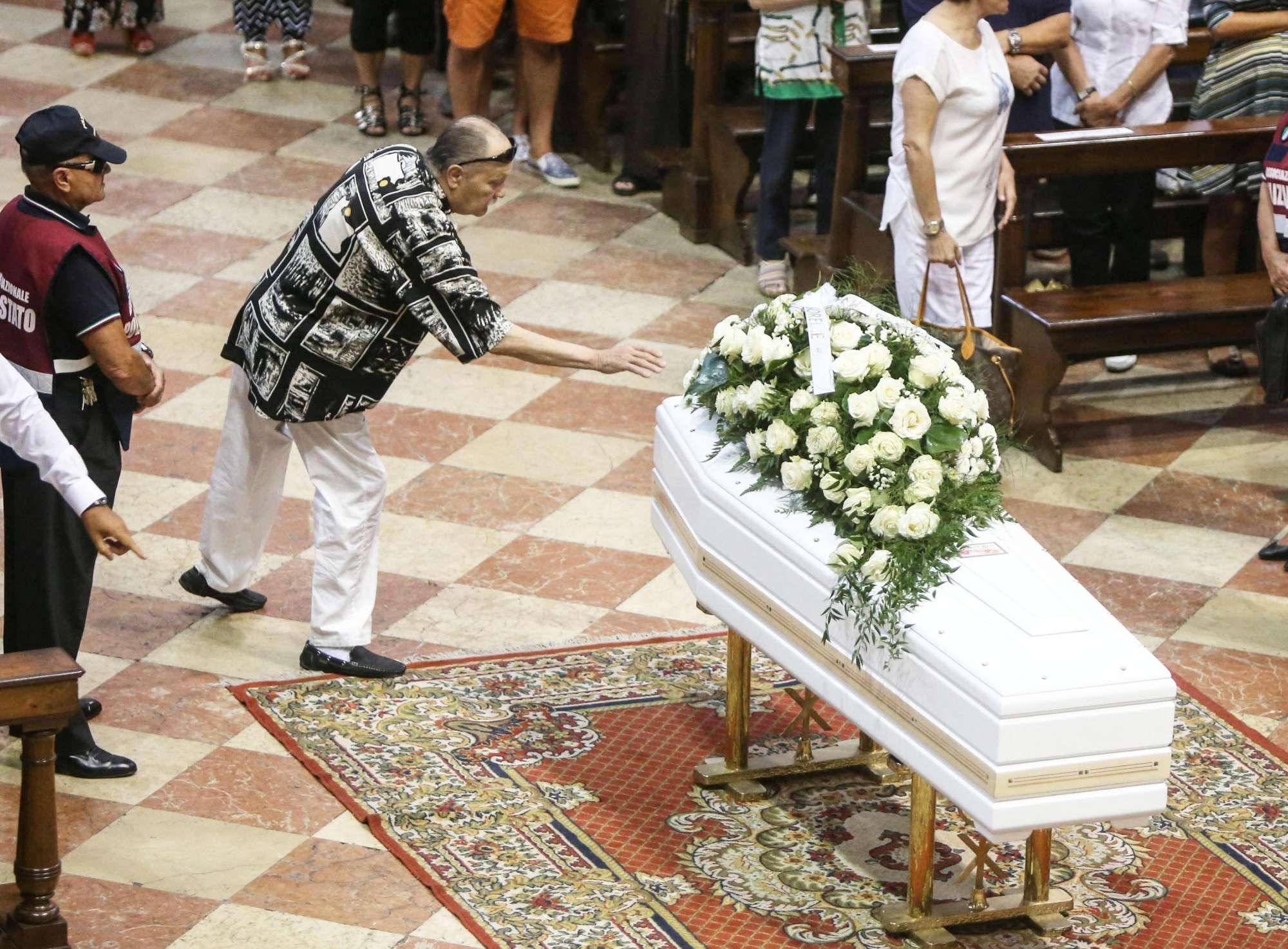 In centinaia ai funerali di Nadia Toffa