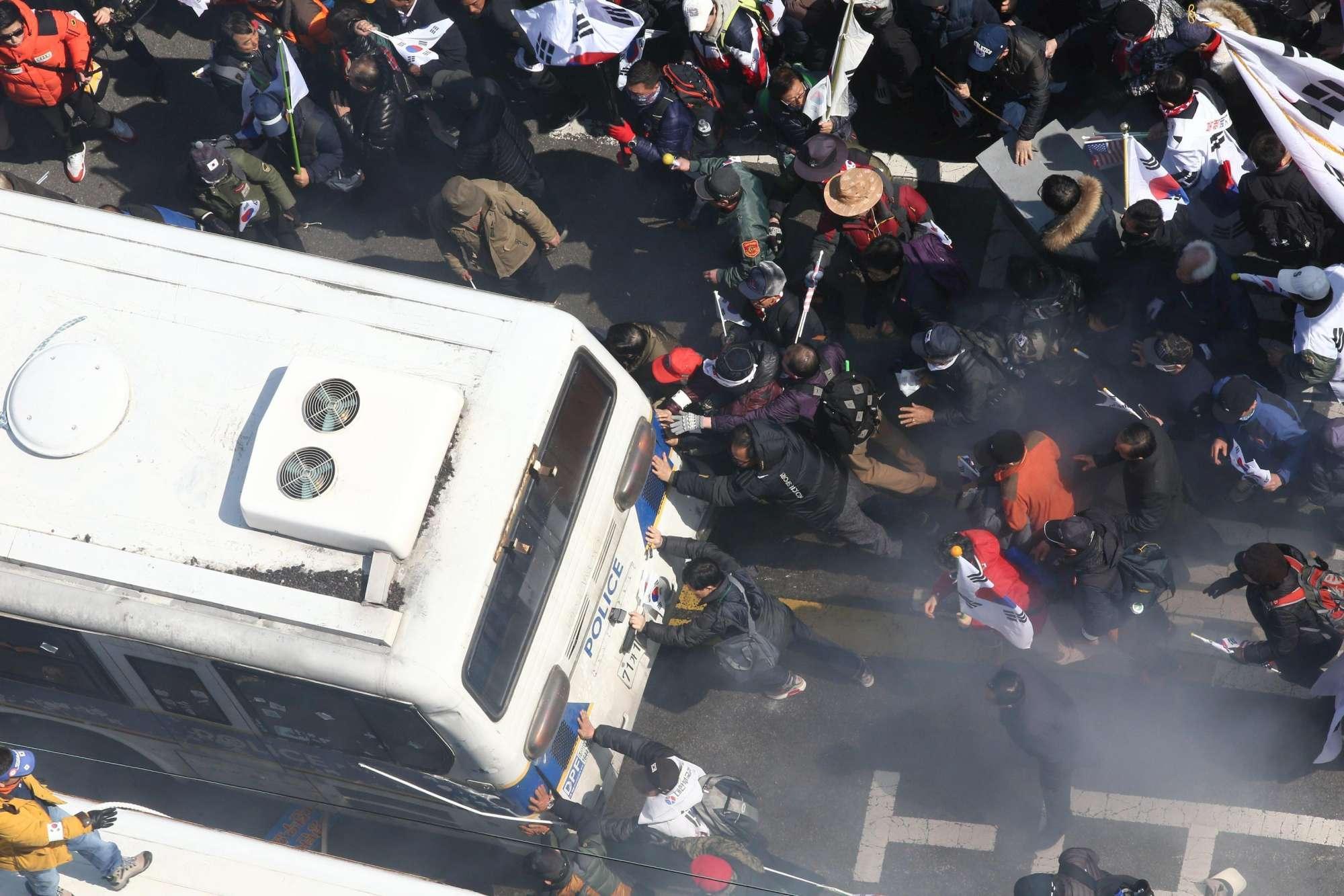 Corea del Sud, sale la tensione a Seul: scontri tra polizia e manifestanti