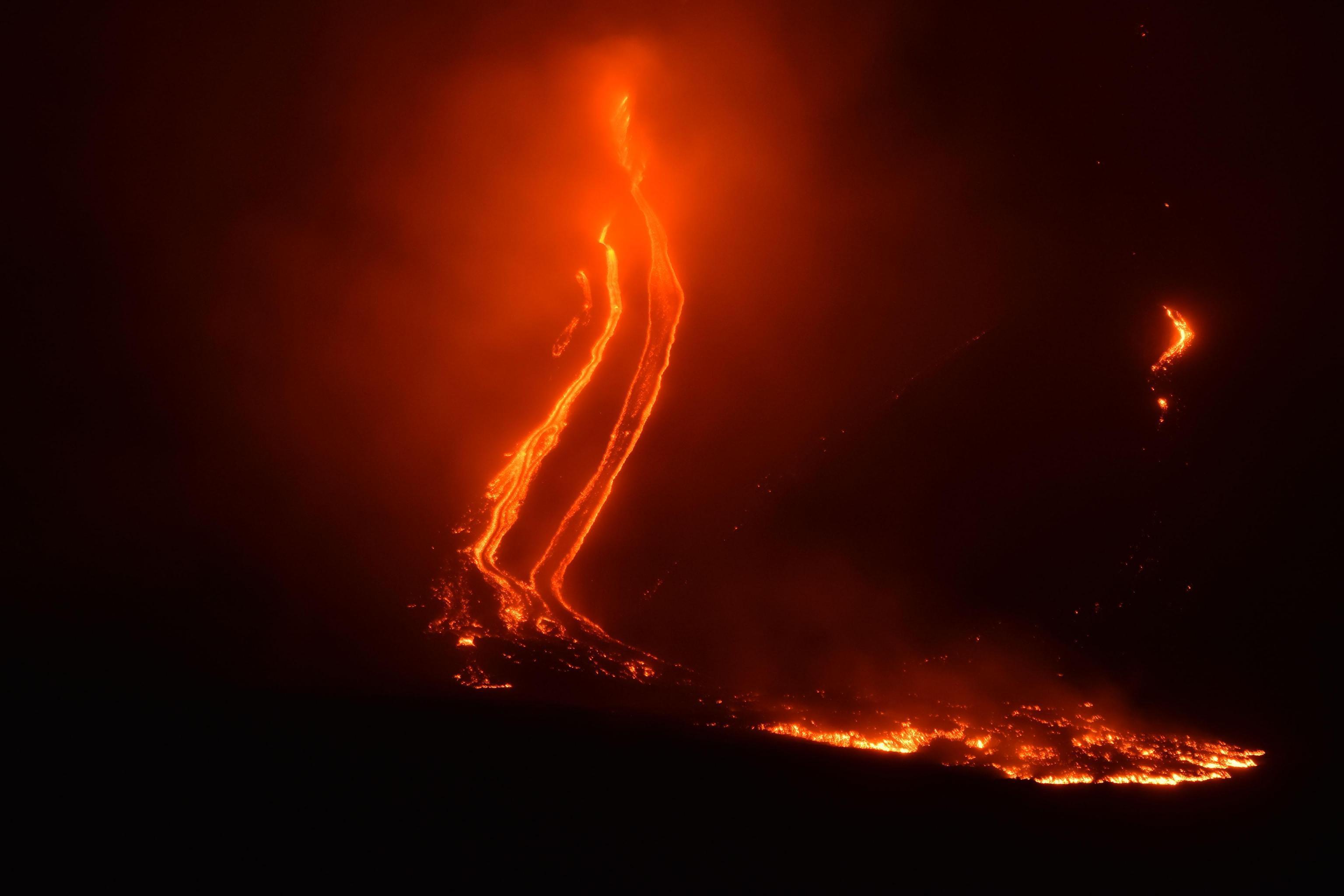L'Etna si risveglia: nube eruttiva e sciame sismico