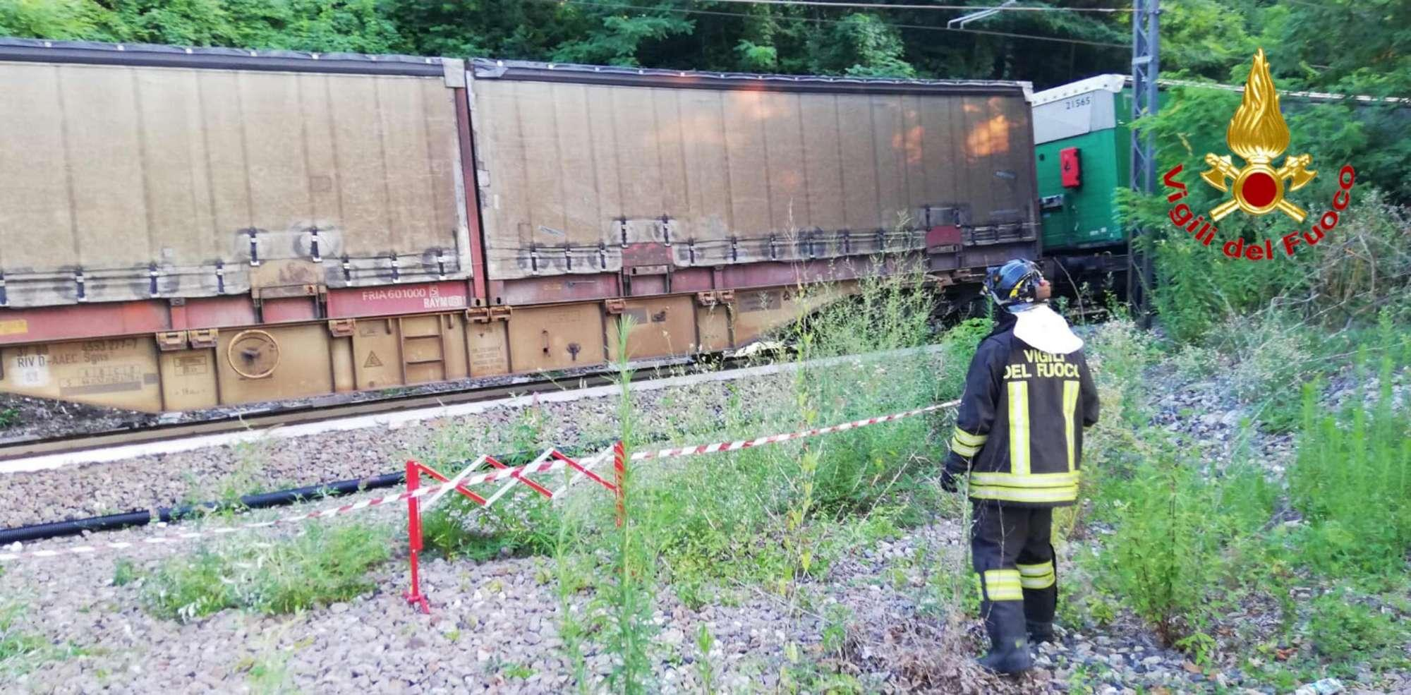 Incidente nel Varesotto, treno merci travolge un auto: due vittime