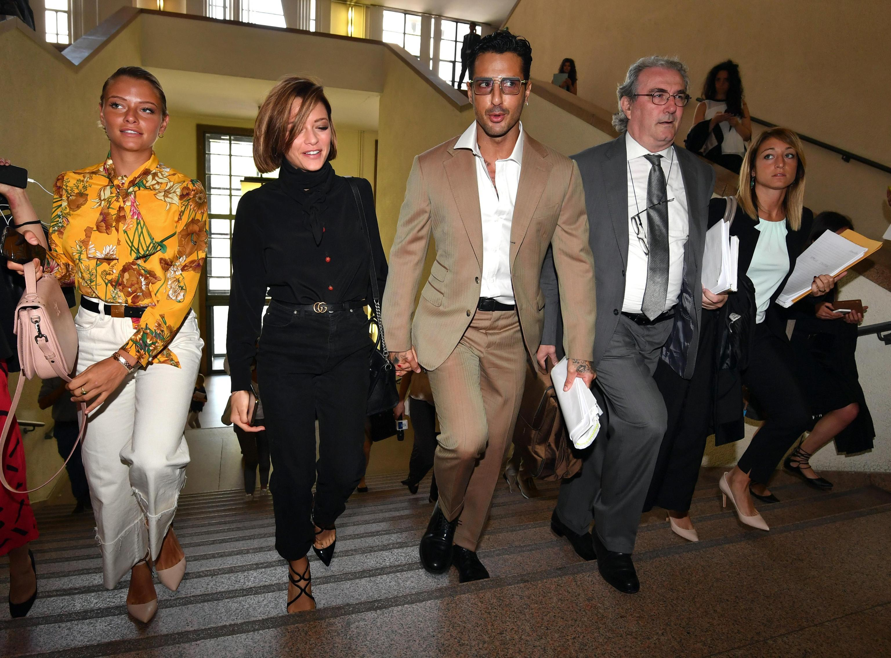 Fabrizio Corona torna in Tribunale mano nella mano con la fidanzata Silvia