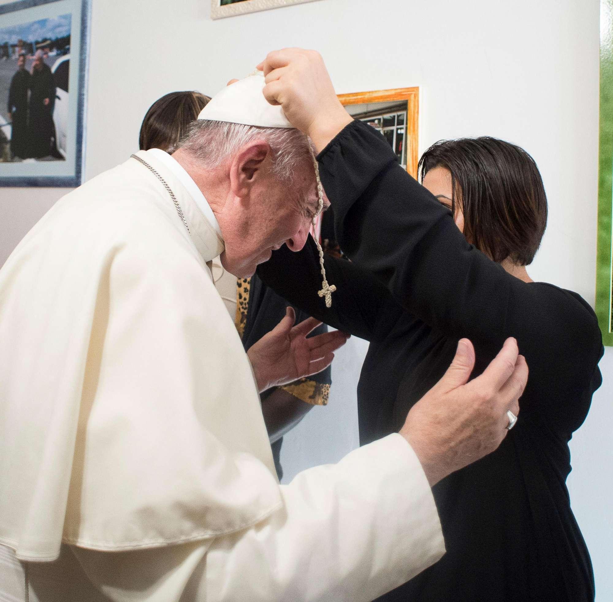 Papa Francesco, visita a sorpresa a 20 ex prostitute