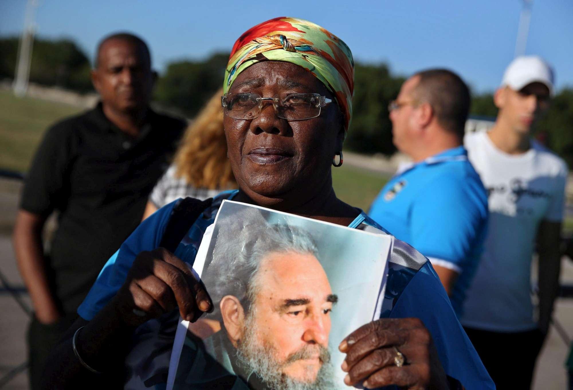 Cuba, a L Avana inizia il lungo addio a Castro: in migliaia in Plaza de la Revolucion per rendergli omaggio