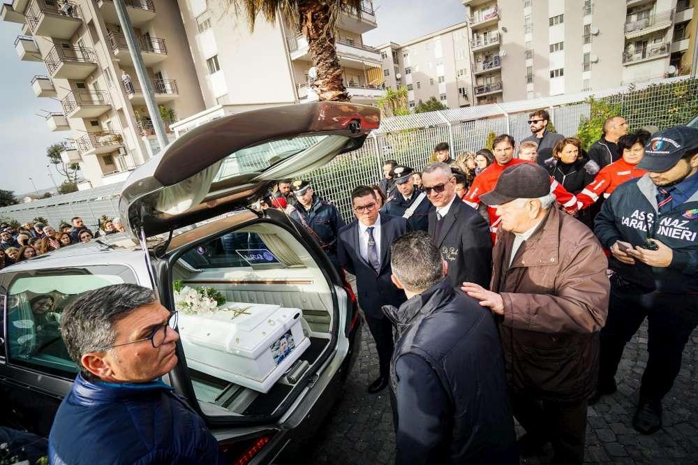 Cardito, folla e lacrime al funerale del piccolo Giuseppe