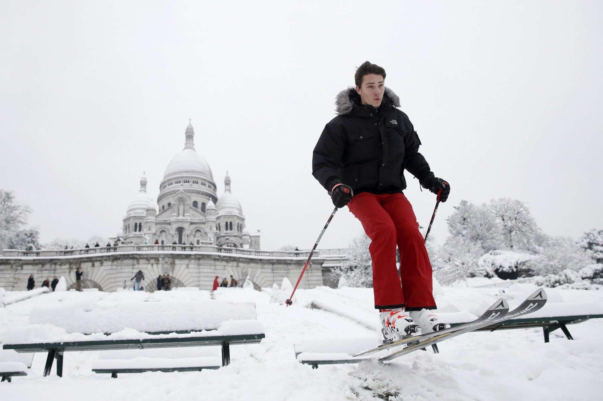 Neve a Parigi: sciatori sulla collina di Montmartre