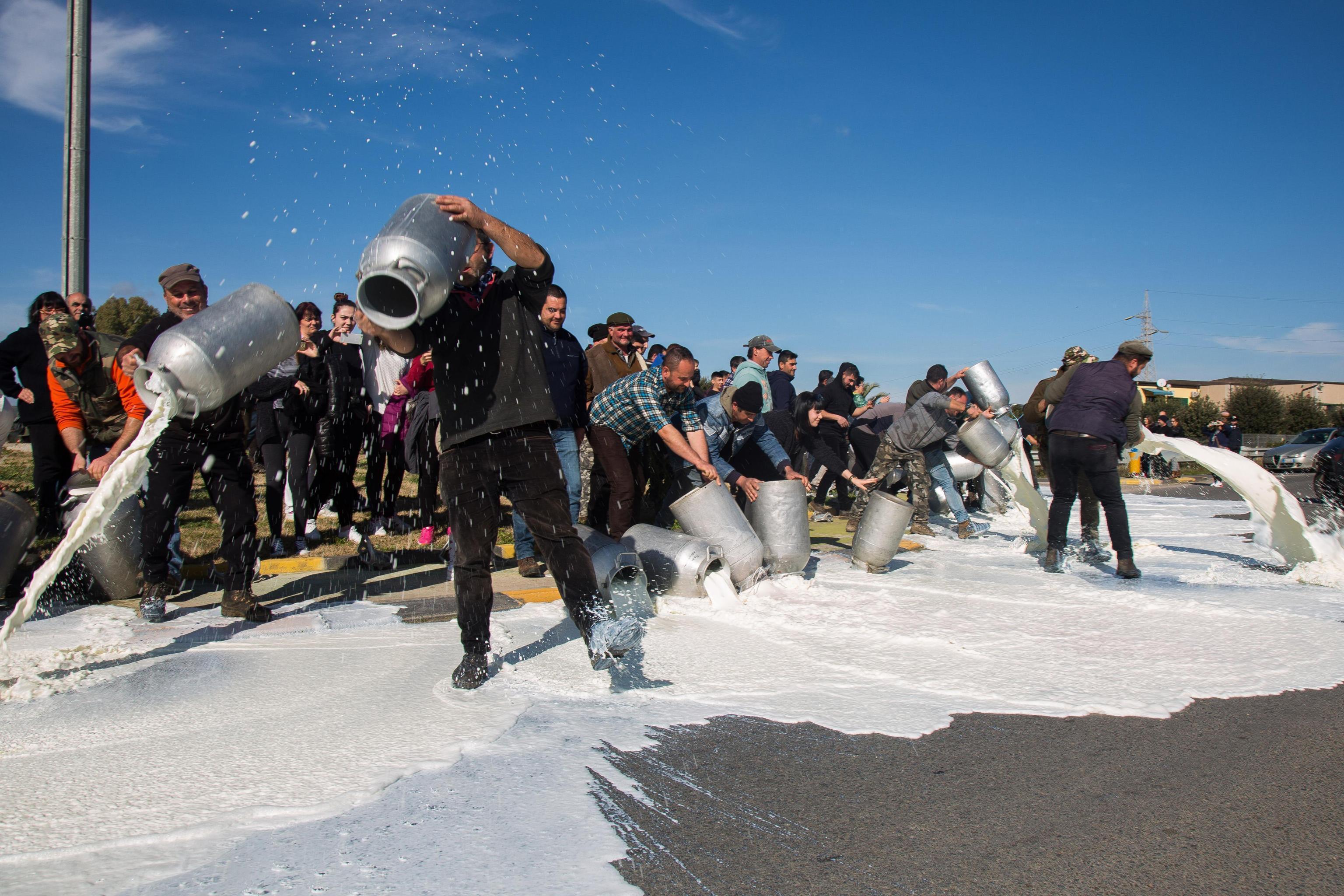 Protesta latte, nuovi blocchi e sversamenti in tutta la Sardegna