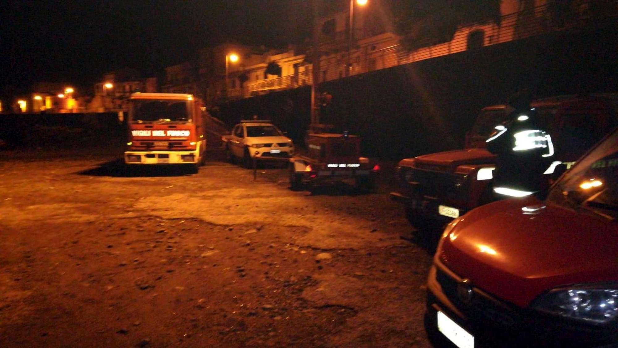 Auto travolta da onda nel Catanese, soccorritori in azione