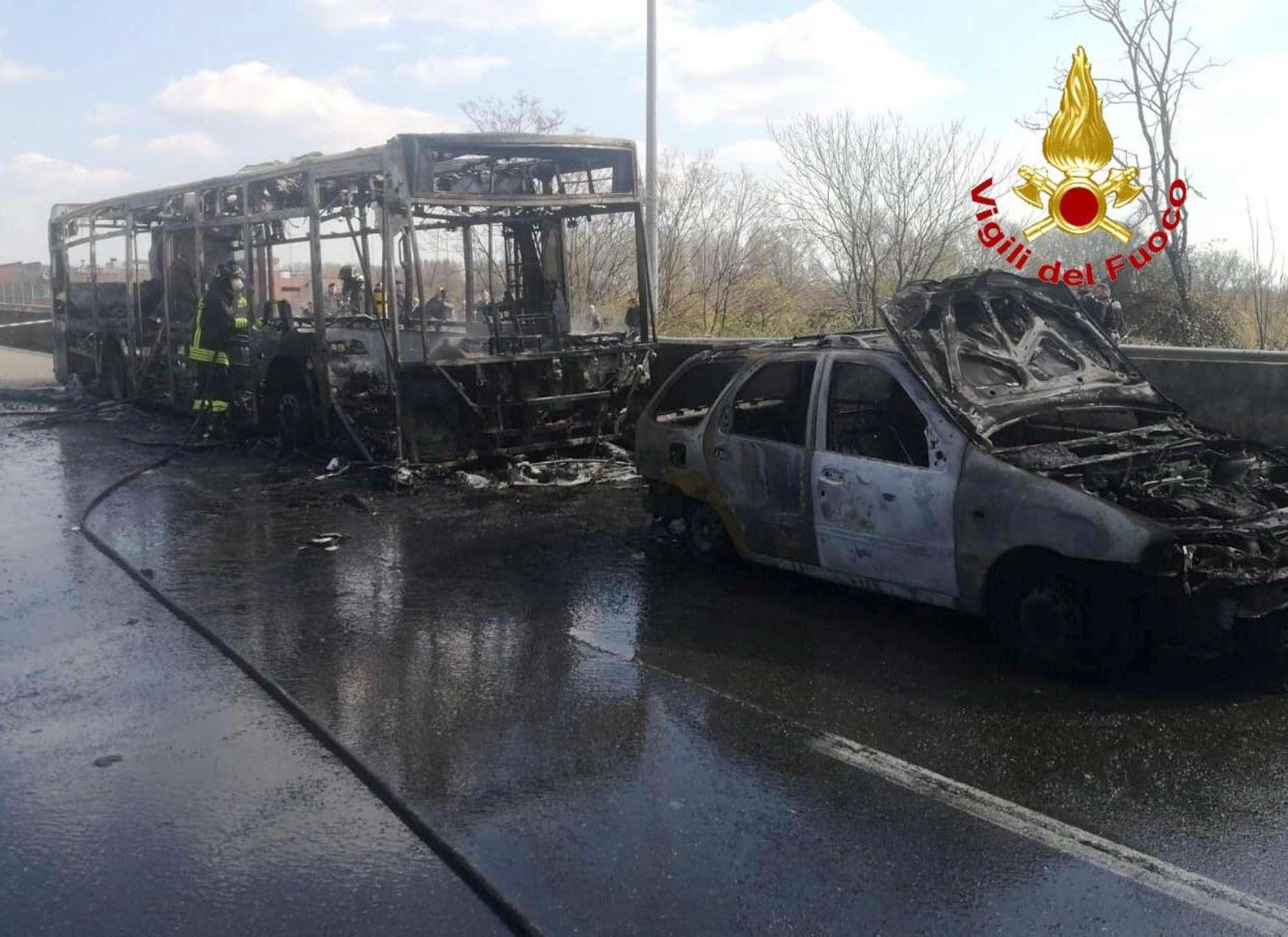 Bus dirottato e dato alle fiamme nel Milanese