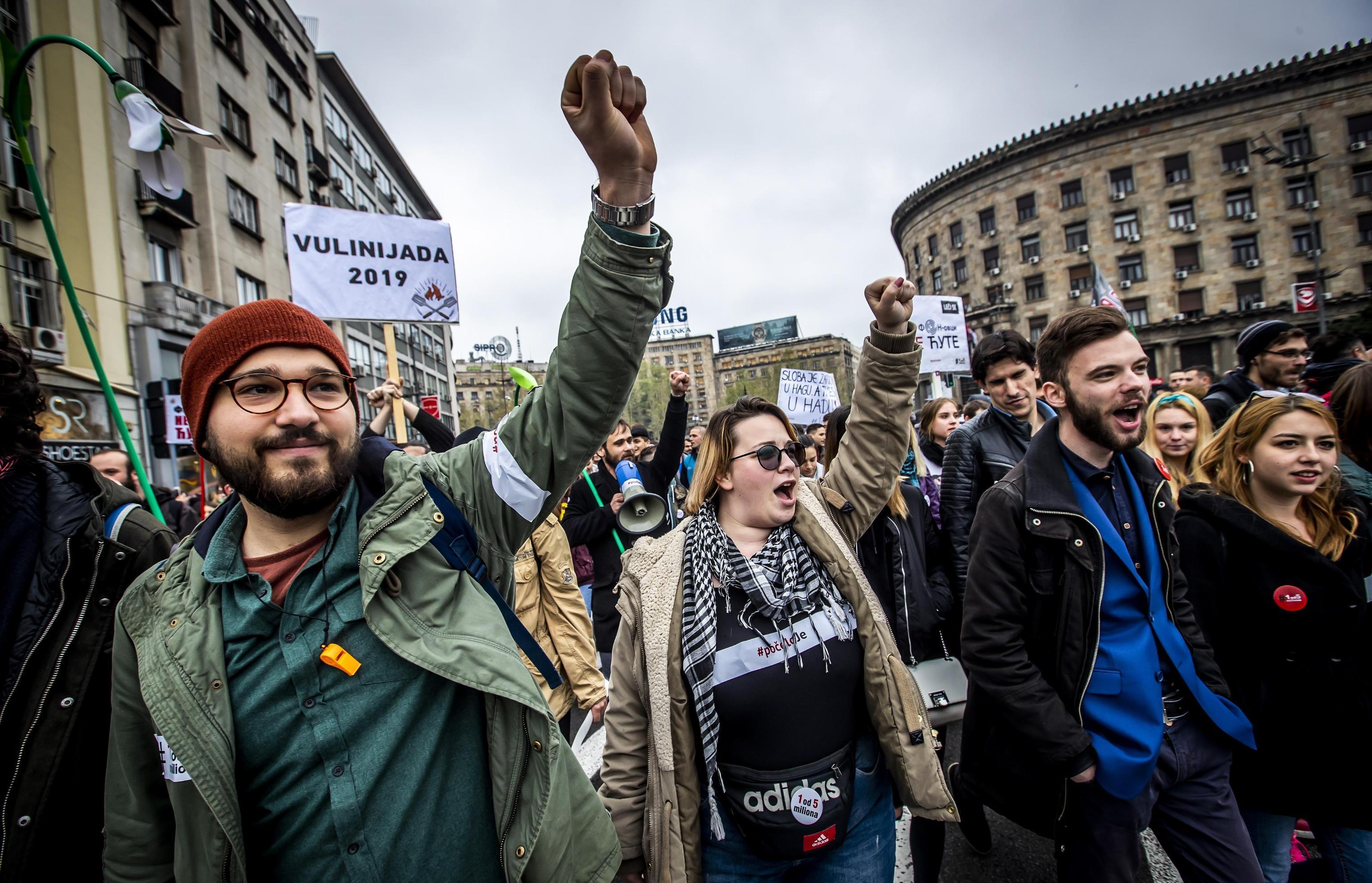 Serbia, in migliaia in piazza a Belgrado contro il presidente Vucic