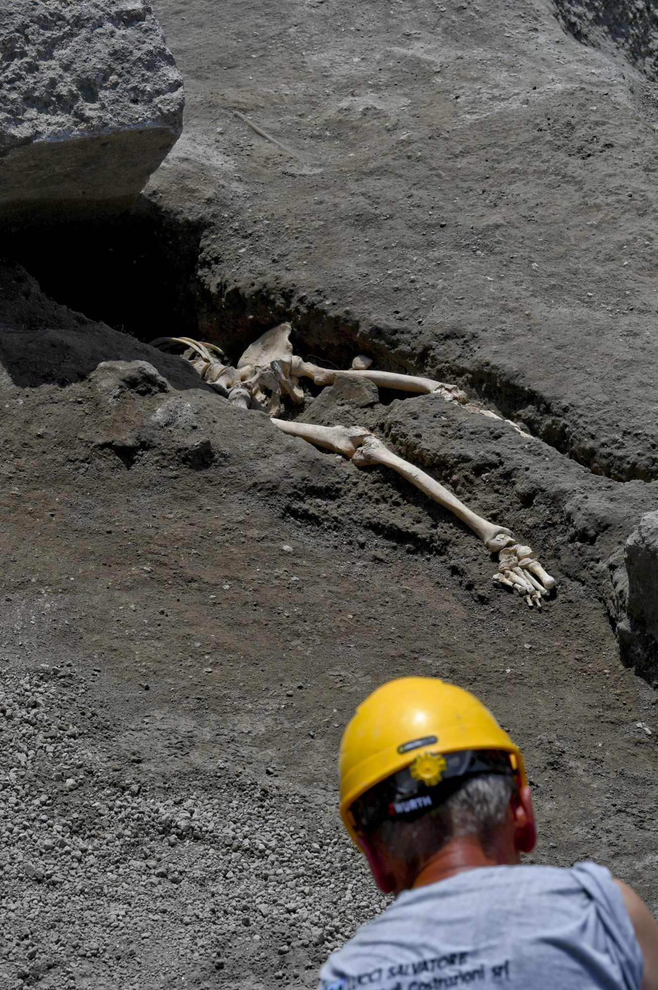 Dagli scavi di Pompei emergono i resti dell ultimo fuggiasco