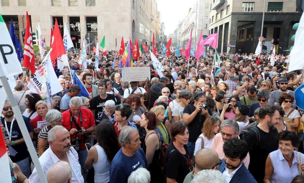 Orban incontra Salvini a Milano, migliaia in piazza per protestare
