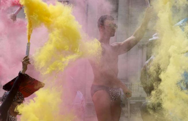 Diritti gay, in migliaia sfilano con 20 carri per le vie della Capitale al Roma Pride