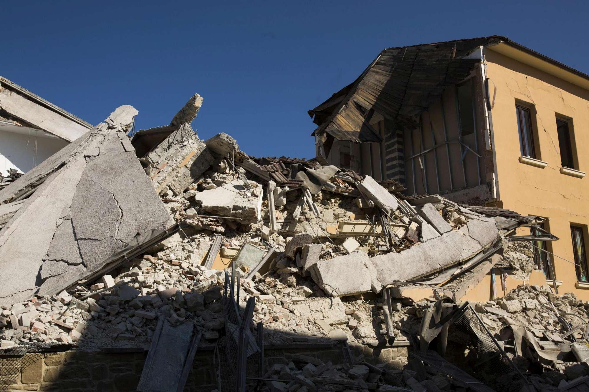 Amatrice, le immagini della scuola dopo l ultima scossa di terremoto