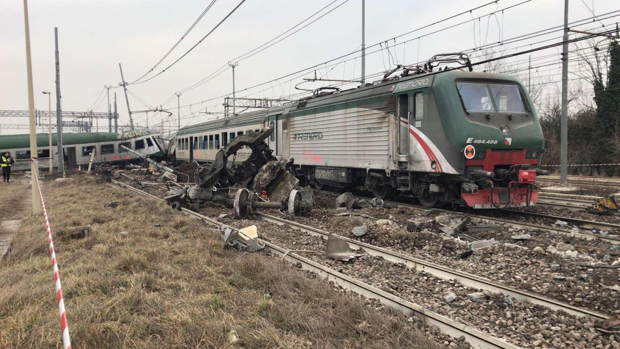 Deragliamento treno, i tecnici al lavoro: sotto accusa i binari