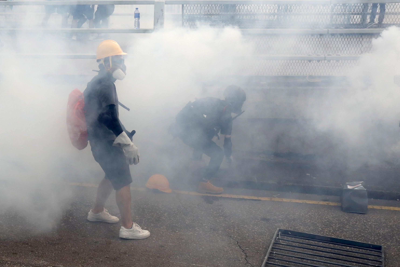 Ancora proteste a Hong Kong, scontri tra attivisti e polizia: lanci di molotov