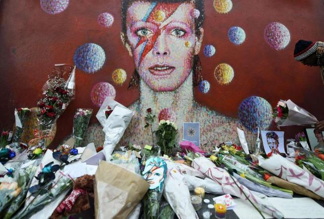 David Bowie, l omaggio dei fan a Londra e New York