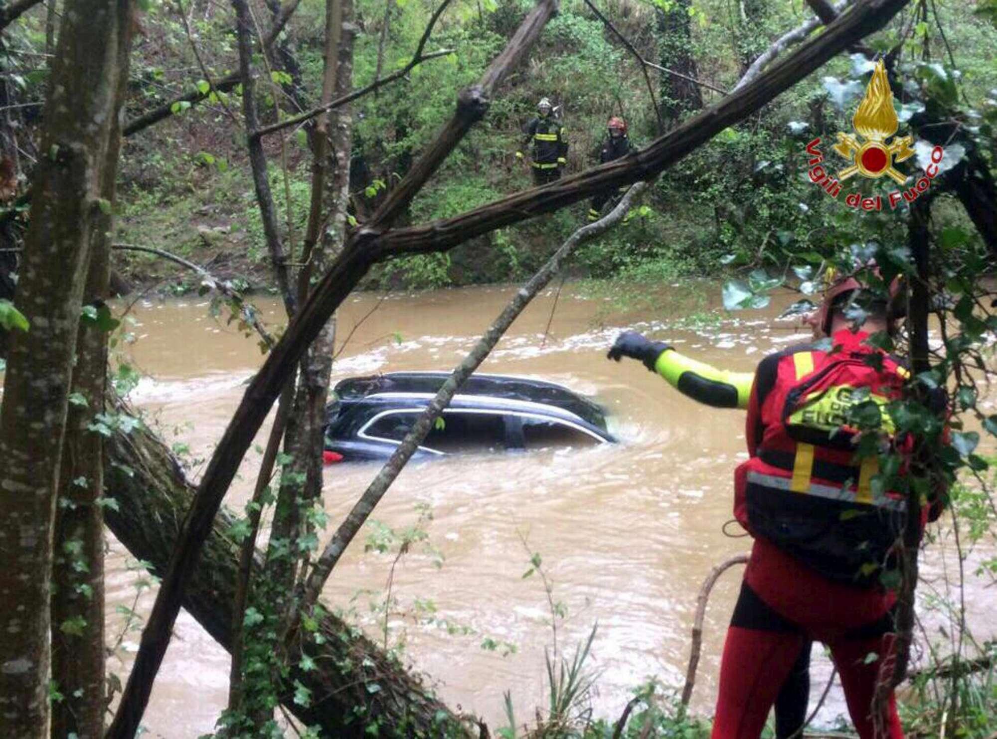 Auto travolta da un torrente in piena nel Pisano