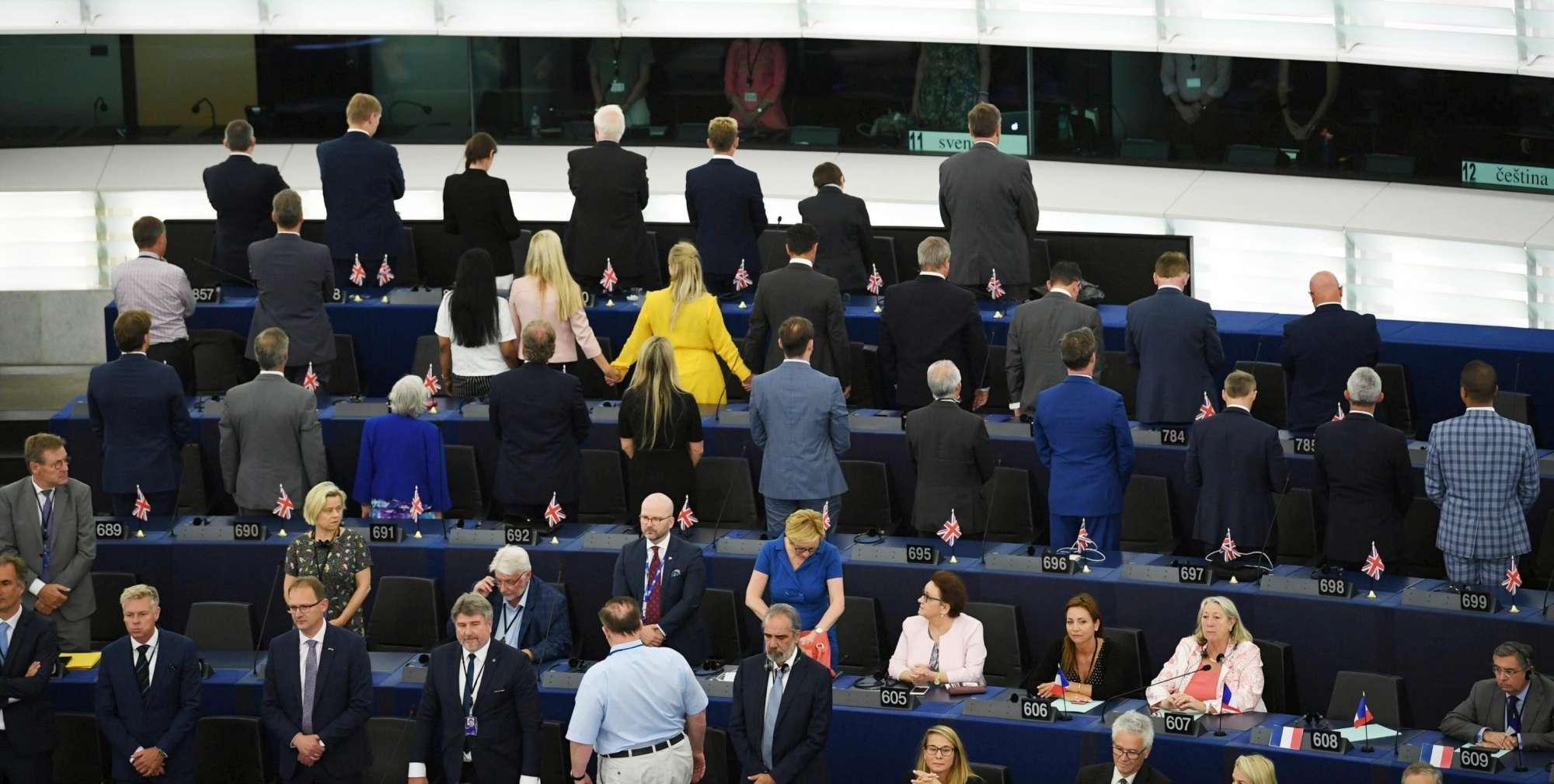 Strasburgo, gli eurodeputati del Brexit Party voltano le spalle all inno Ue
