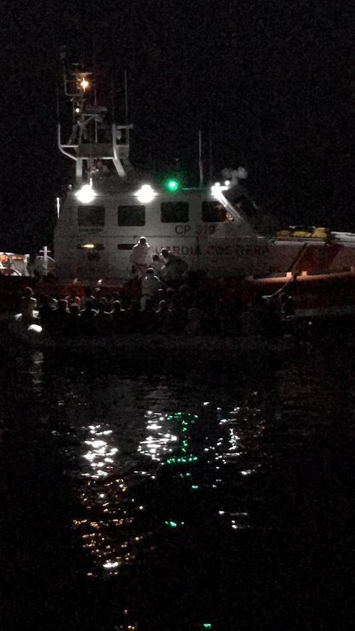 Migranti, peschereccio di Sciacca resta 18 ore accanto a barcone:  Non li avremmo lasciati alla deriva