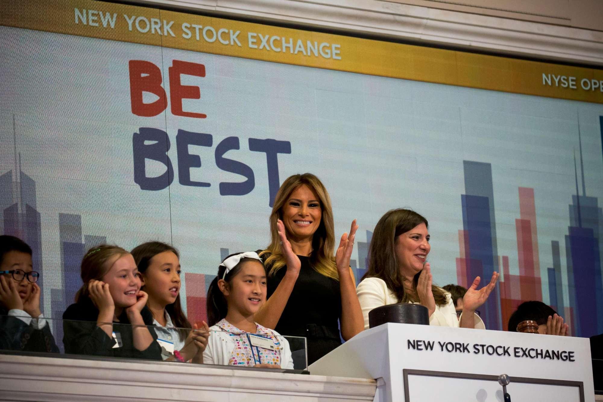 Melania Trump suona la campanella a Wall Street... e la Borsa apre negativa