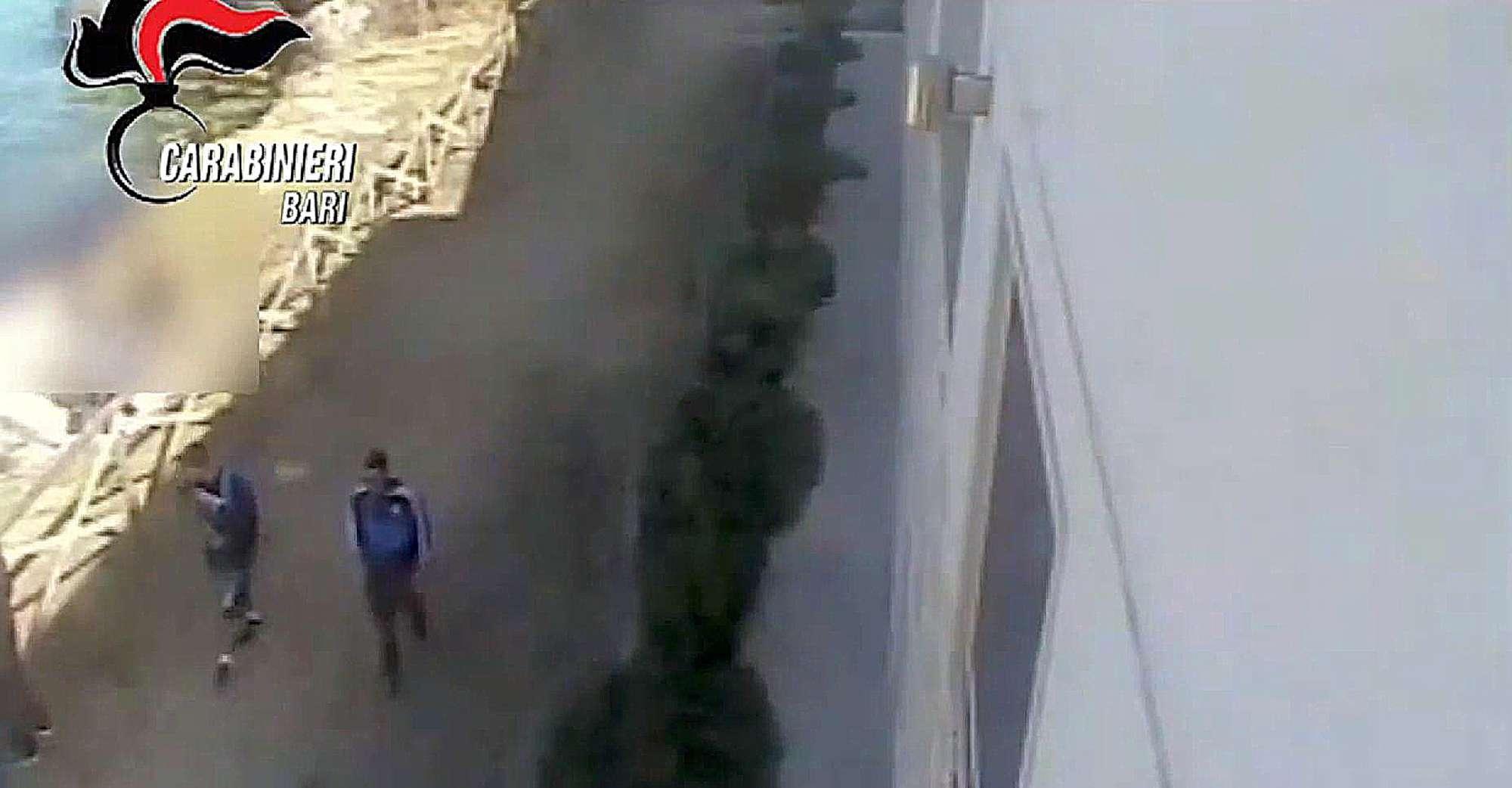 Anziano spinto dagli scogli a Monopoli, i due minorenni ripresi dalle telecamere di sicurezza