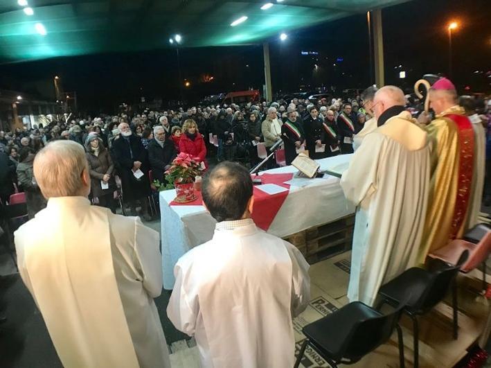 Pernigotti, vescovo celebra la messa di Natale nel cortile dell azienda:  Oggi un marchio conta più delle persone