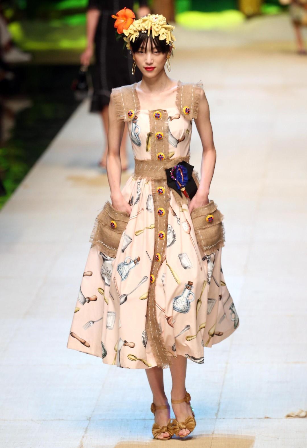 Dolce   Gabbana  in passerella il tributo al  Tropico Italiano  e alle sue  icone - Tgcom24 d4240a0e5a7