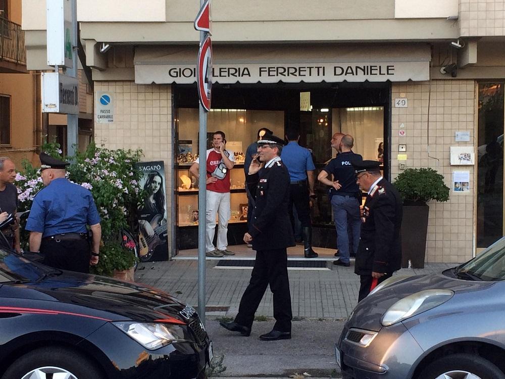 Pisa, gioielliere reagisce a rapina e spara: ucciso un bandito