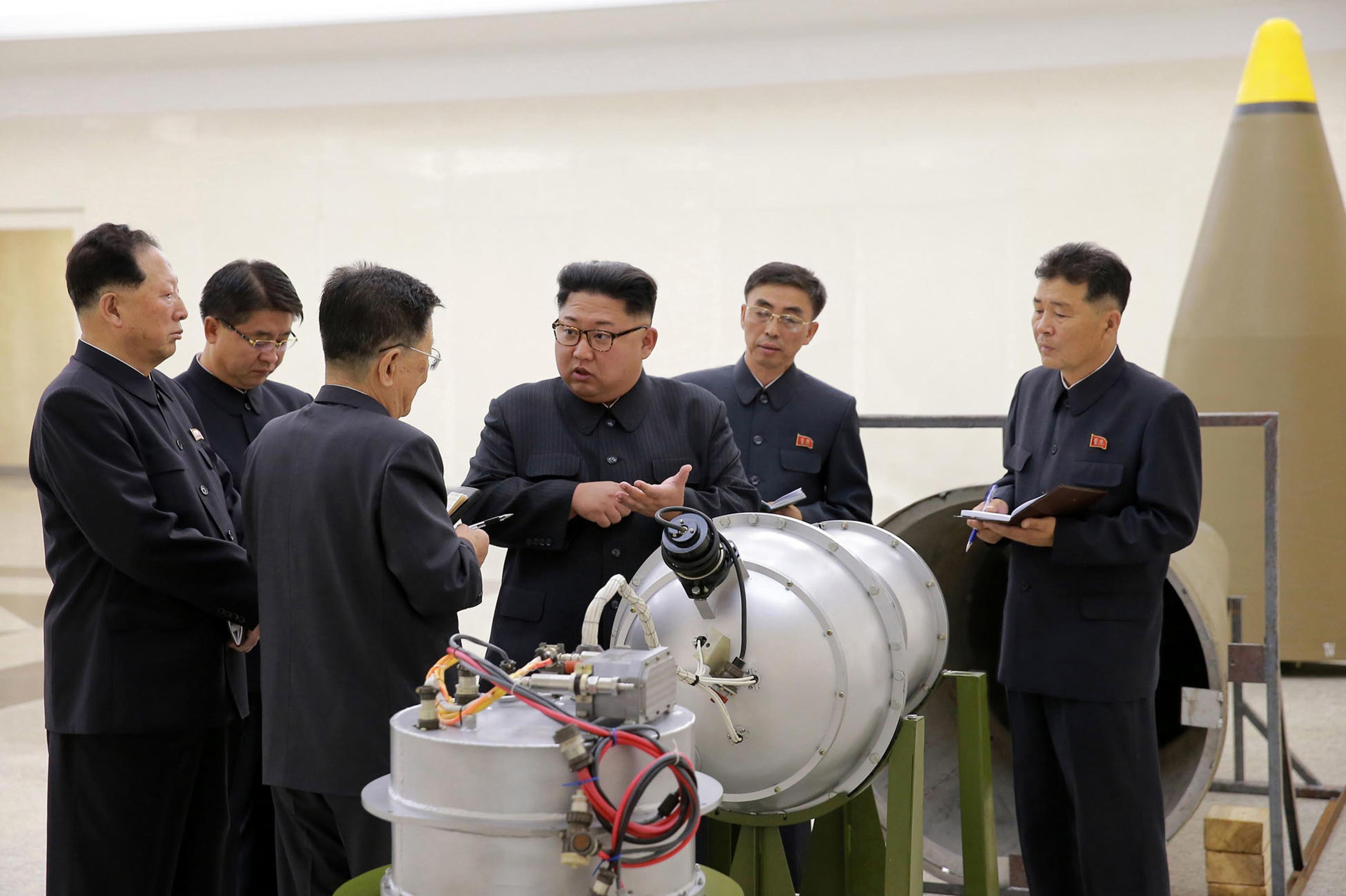 Corea del Nord, Kim Jong Un ispeziona la testata nucleare
